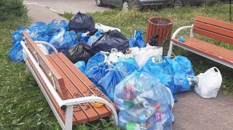 Солнечногорцы своими силами собрали с детской площадки более 10 мешков с мусором