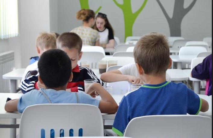 Безналичную оплату завтраков и обедов могут ввести во всех школах Подмосковья
