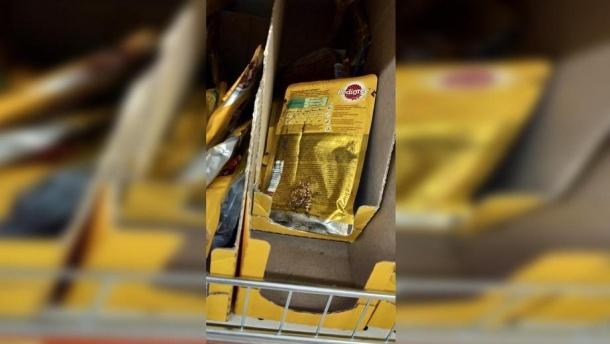 В супермаркете Подольска продают собачий корм с червями