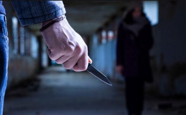 Молодой человек с ножом пытался ограбить ночью девушку в Королеве