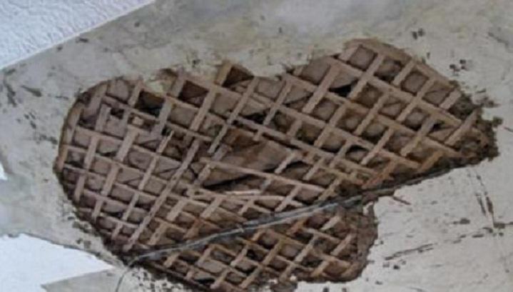 В квартире жительницы Электростали обрушился потолок