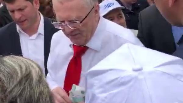Жириновский раздал деньги жителям Серпухова «на черешню и клубничку»
