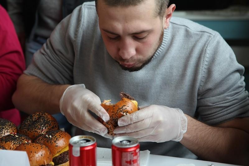 В Клину определят чемпиона по поеданию гамбургеров на скорость