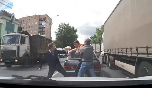 Видеорегистратор зафиксировал нападение водителя джипа на мужчину в Подмосковье