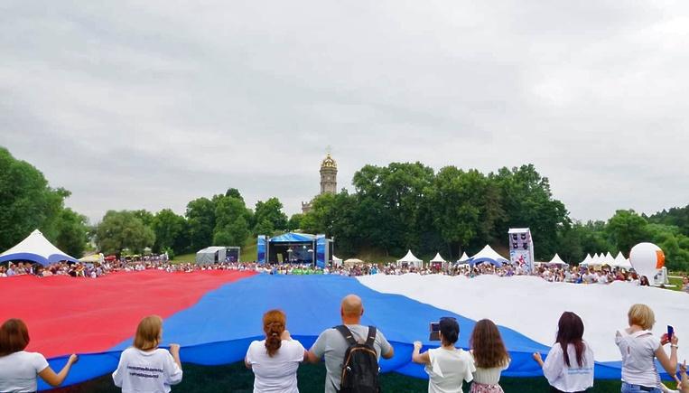 Ко Дню России в Подольске развернули 1000‐метровый триколор